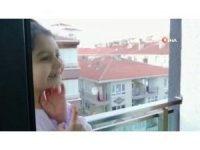Çocukların balkondan balkona oyun keyfi