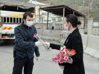 Ağrı'da öğretmenler, polislere karanfil verip baklava ikram etti