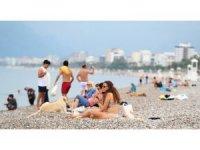 Antalya'da denizi özleyenler sabahın ilk ışıklarıyla Konyaltı Sahiline geldi