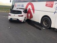 Kaza yapan otomobil otobüsün bagajına girdi