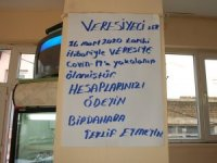 """Kahveci astı, müşterileri şaşkınlıkla okudu: """"Covid-19'a yakalanıp ölmüştür"""""""