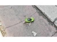 Oyuncak arabası yerde kaldı