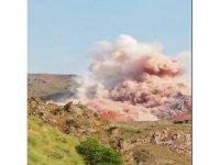 Taş ocağındaki kontrollü patlama anı kamerada