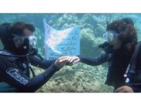 Suyun metrelerce altında sürpriz evlilik teklifi