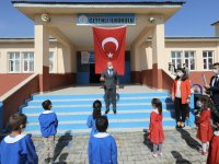 Ağrı Valisini at sırtında Türk bayraklarıyla karşıladılar