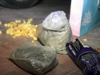 Cips poşetinde uyuşturucu madde taşırken yakalandılar