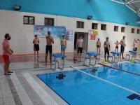 Ağrılı gençler, yüzmeye kaldıkları yerden devam ediyor