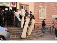HDP Diyarbakır İl Başkanlığı binasından delil torbalarıyla çok sayıda doküman çıkartıldı