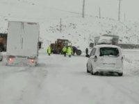 Tır karlı yolda kaydı, Ağrı-Iğdır karayolu kısa süreliğine trafiğe kapandı