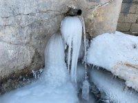 Ağrı'da dondurucu soğuklar nedeniyle musluklardan akan sular dondu