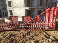Ağrılı inşaat işçisinin üzerine 2 tonluk demir inşaat kalıbı düştü ama hayata tutunmayı başardı