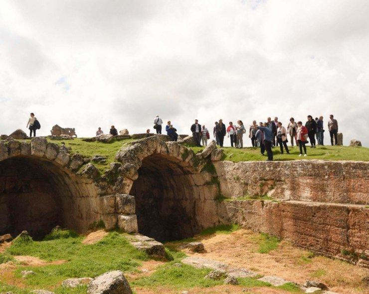Zerzevan Kalesi'ne turist akını