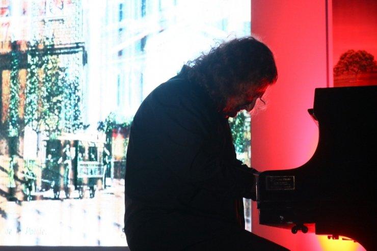 Piyanist Tuluyhan Uğurlu, tarihi garda konser verdi