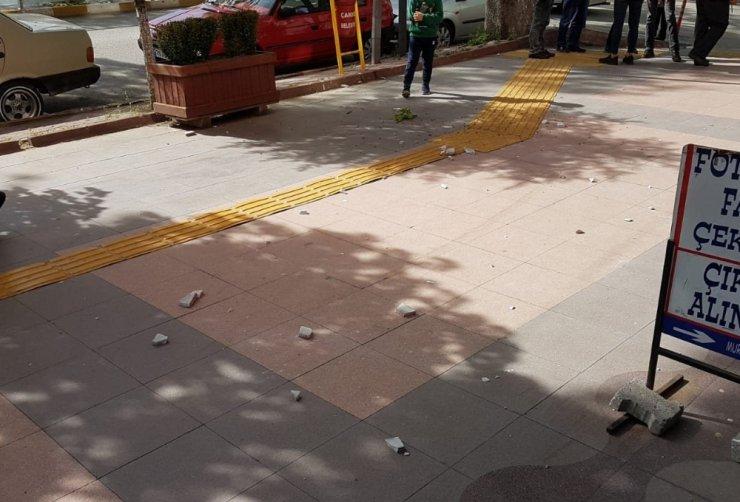 Binadan düşen mermer parçalarından kıl payı kurtuldular