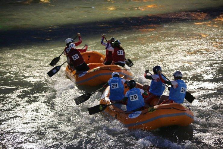 Rafting Dünya Şampiyonası'nda gece yarışları yapıldı