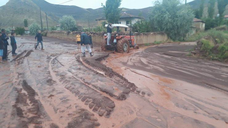 Sel suları Sungurlu-Çankırı yolunu trafiğe kapattı