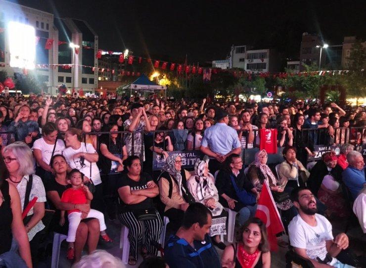 Kartallılar Zafer Bayramını Teoman'la kutladı