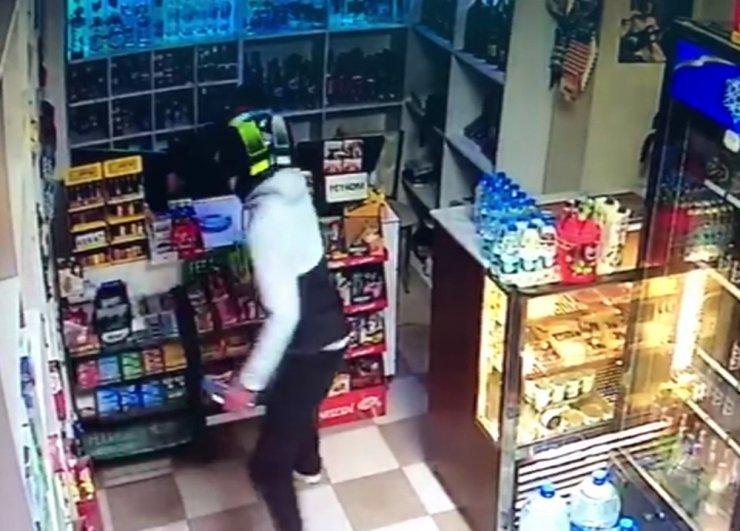 Eyüpsultan'da büfe sahibine silahlı saldırı kamerada