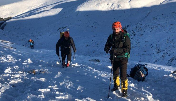 Kayıp dağcılara ait olduğu düşünülen baton bulundu