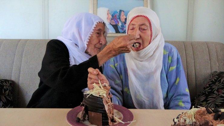 Kardeşleri ölünce ikiz kalan nineler 89 yaşında