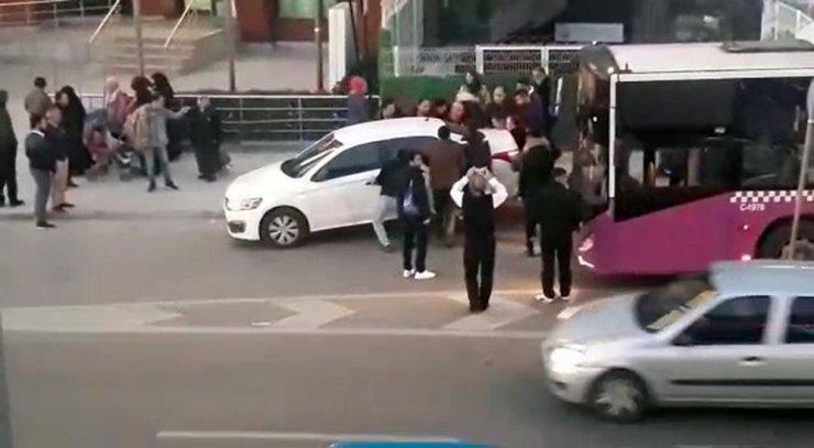 Vatandaşlar yanlış park edilen aracı yoldan böyle çekti