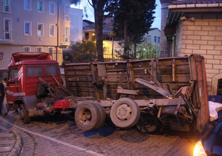 Eyüpsultan'da iplik yüklü kamyonetin kasası devrildi