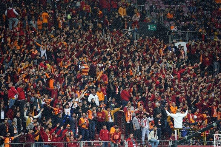 Galatasaray taraftarları iki takımı da tribüne çağırdı