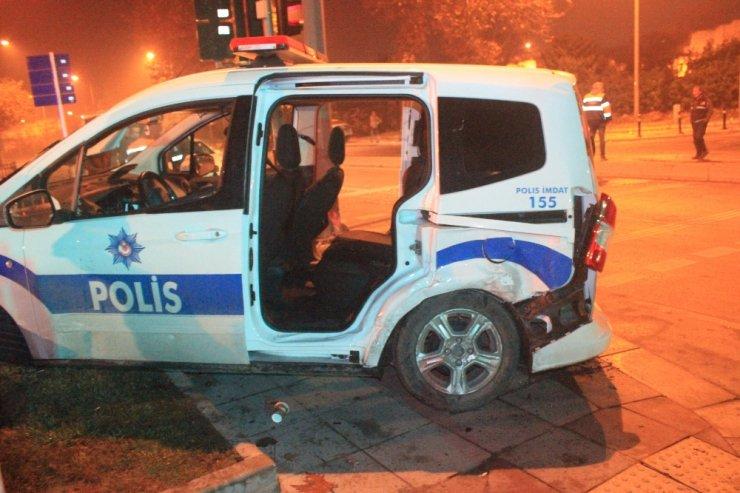 """""""Dur"""" ihtarına uymayan sürücü polisin kaza yapmasına neden oldu: 2 yaralı"""