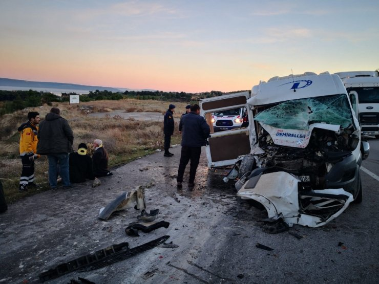 Servis minibüsü vince çarptı: 15 yaralı