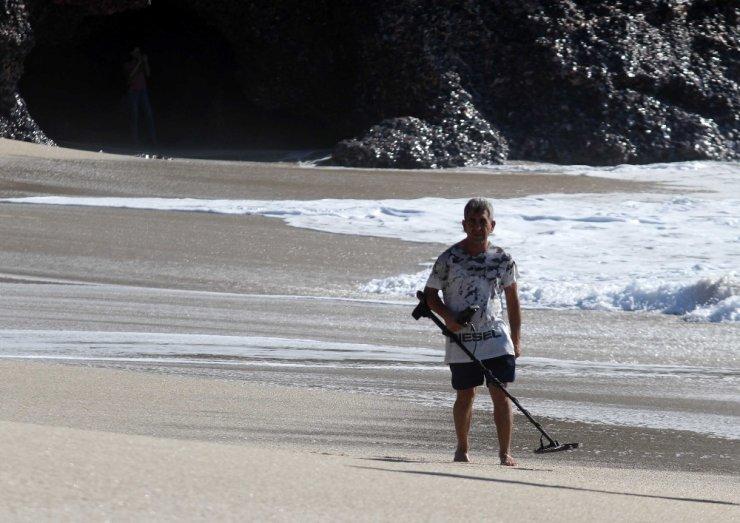 Define avcıları kumsallarda işbaşında