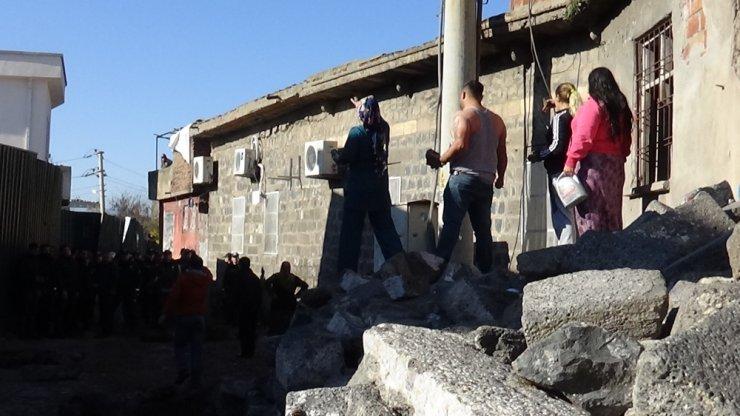 Diyarbakır'da çevik kuvvet ekibine 'tarihi' taşlarla saldırdılar