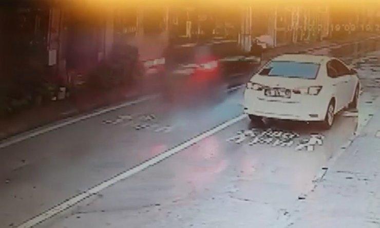 Yaya geçidinde çarptığı kadını metrelerce ileriye fırlattı