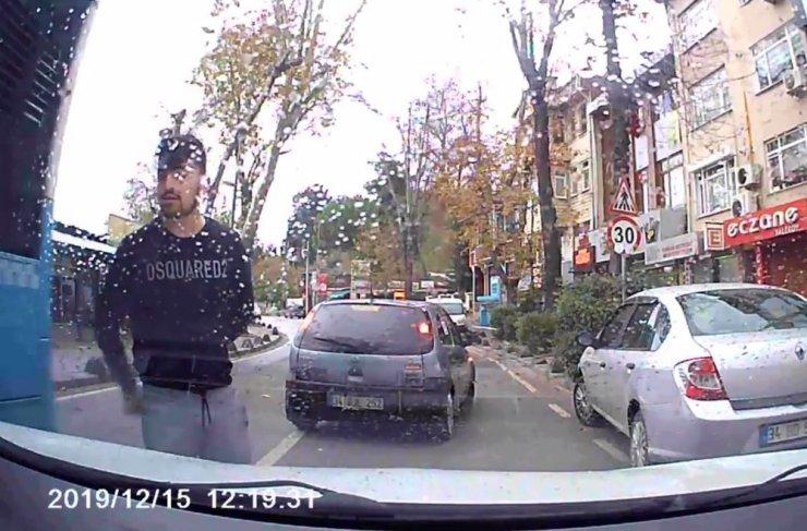 Magandaların trafikte bir sürücünün yolunu kestiği anlar kamerada