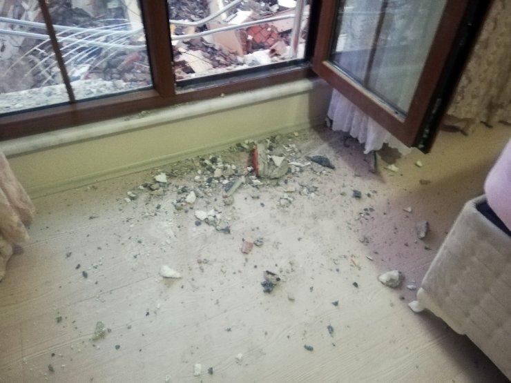 Depremde hasar gören binayı yıkan kepçe, sağlam binaya da zarar verdi