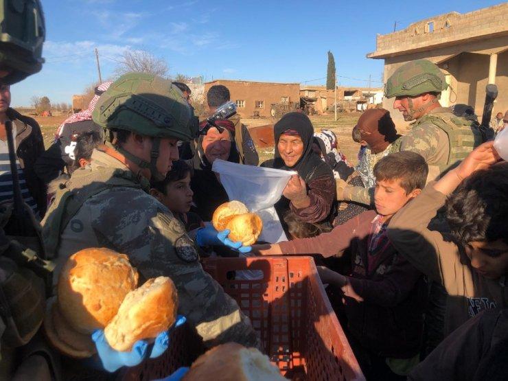 Mehmetçiklerimiz pişirdikleri ekmekleri Rasulayn'daki köylülerle paylaştı
