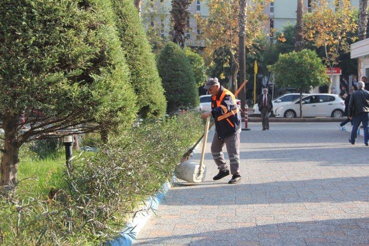 Oynayarak sokak süpüren işçiye Başkan Gültak'tan bir maaş ikramiye