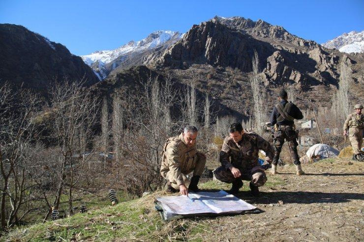 'Kıran-10' operasyonunda 2 şüpheli yakalanırken çok sayıda silah ve mühimmat ele geçirildi