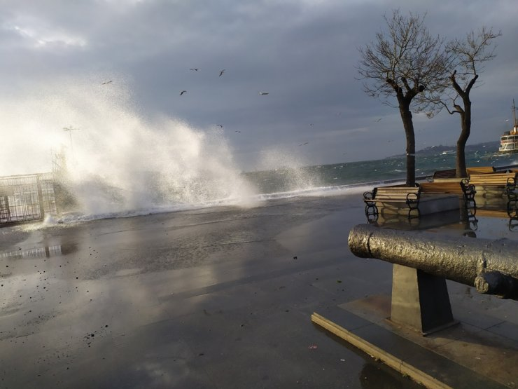 İstanbul'da şiddetli rüzgar nedeniyle bazı vapur seferleri iptal edildi
