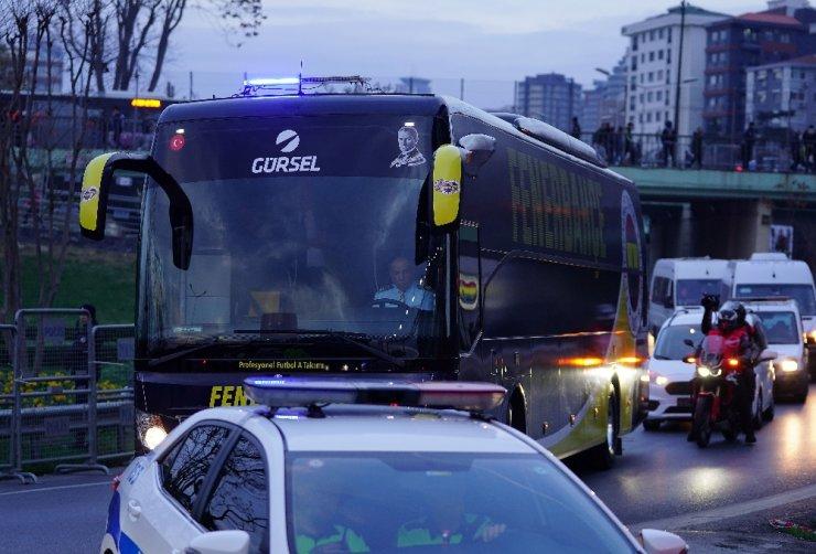 Derbi öncesi takım otobüsleri stada ulaştı