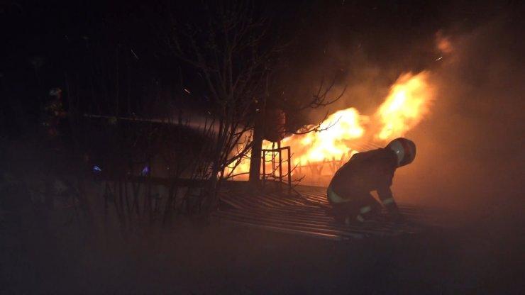 Bursa'da hurdalıkta çıkan yangın 2 fabrikaya sıçradı