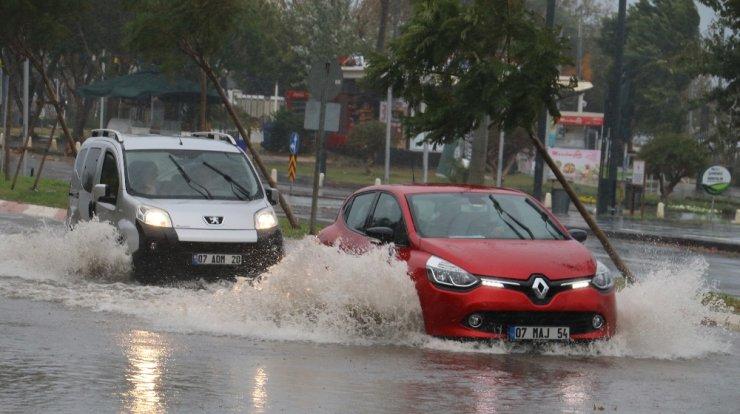 Antalya'da fırtına hayatı olumsuz yönde etkiledi