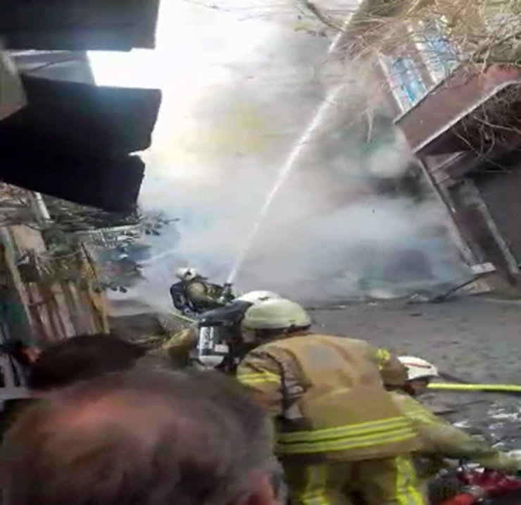 Fatih'te alev alev yanan ahşap bina çöktü