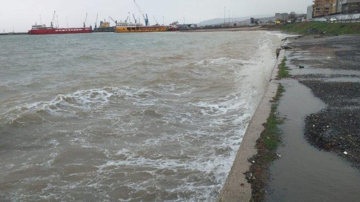 Dev dalgalar oluştu: Gemi ve balıkçı tekneleri demir attı