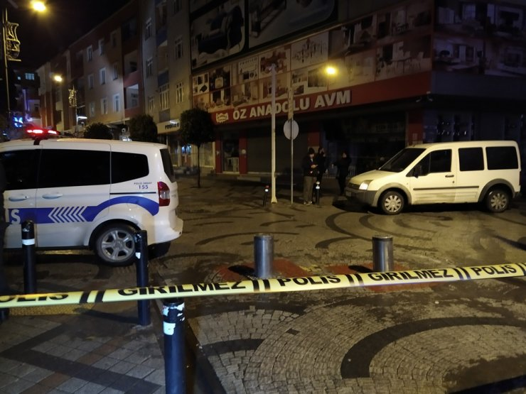 Maskeli iki kişi sokaktaki gençlere kurşun yağdırdı: 2 ağır yaralı