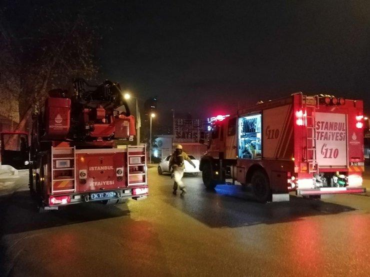 Kadıköy'de alevler geceyi aydınlattı