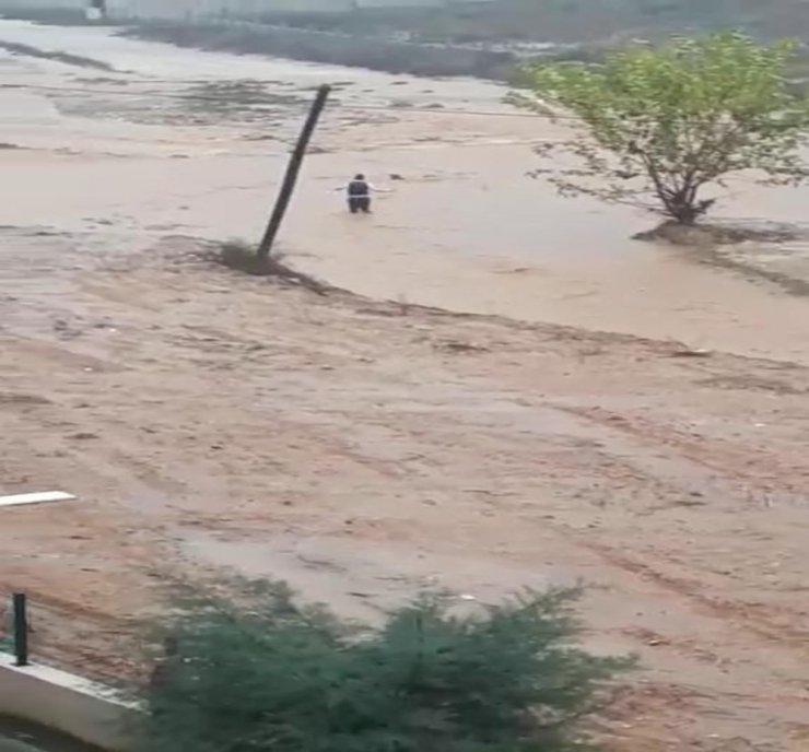 Sel sularına kapılan çocuğu vatandaşlar kurtardı