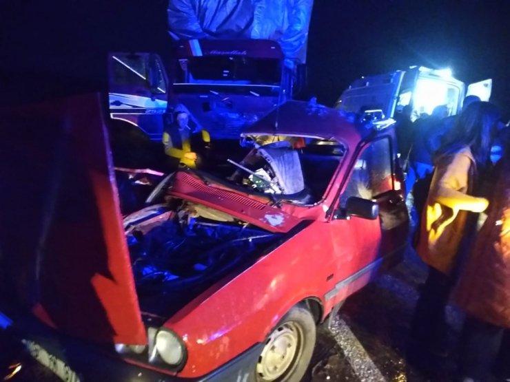 Otomobil ile kamyon çarpıştı: 2 ölü