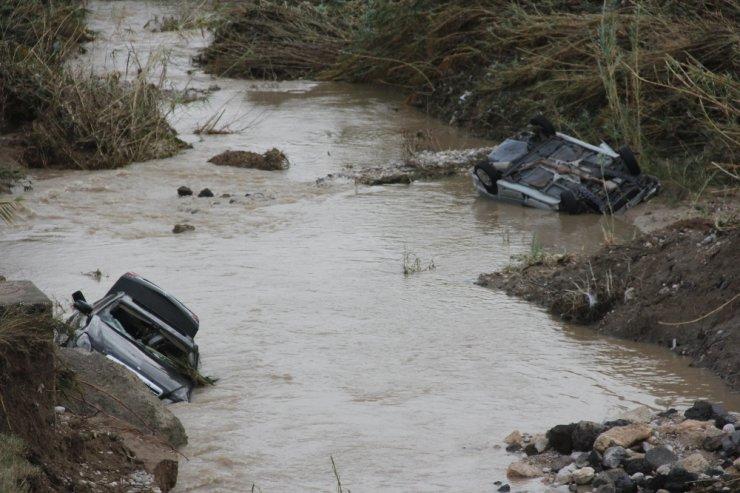 Sular çekildi, sele kapılan otomobiller ortaya çıktı