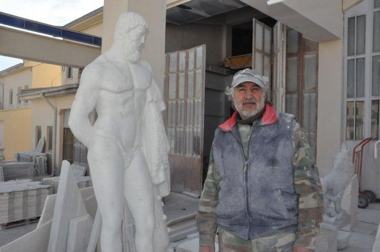 Boks şampiyonundan göz kamaştıran heykeller