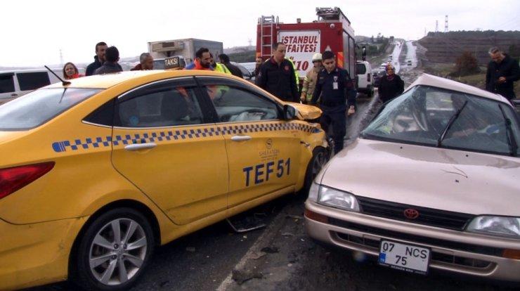 Arnavutköy'de otomobil taksiyle çarpıştı: 1 yaralı